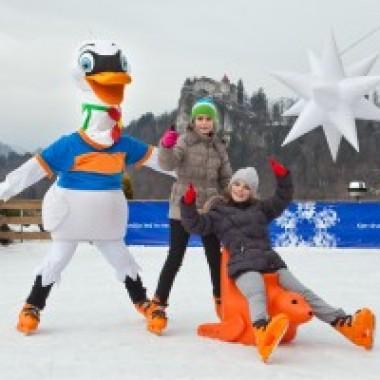 Zaki and Rozi_skating with the kids_02_Winter Animation_Foto Jost Gantar 02 15